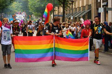 chiesa e omosessualità: foto gay pride